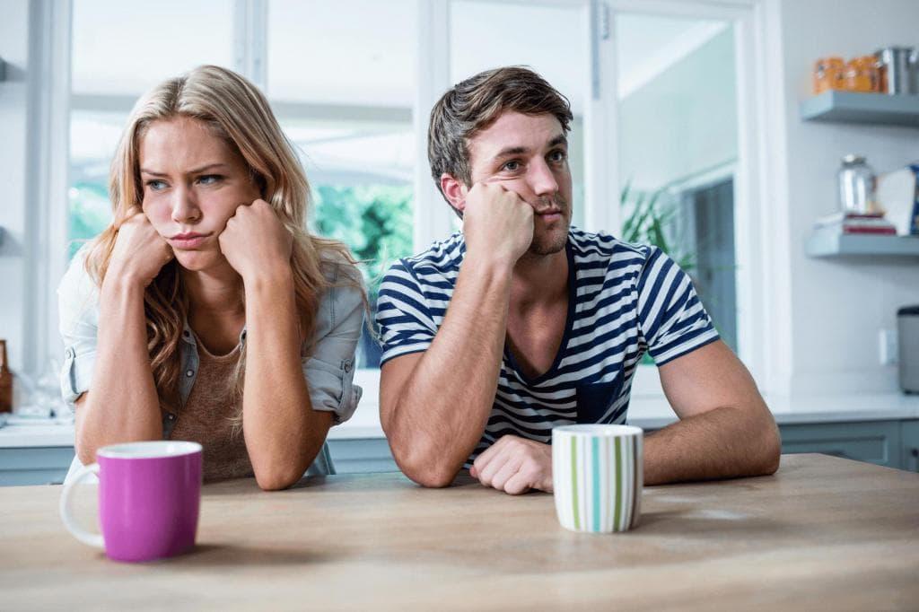 Женщина недовольна мужчиной